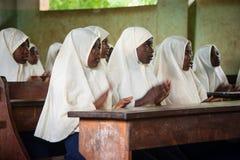 Estudantes em uma sala de aula durante a lição inglesa Fotos de Stock