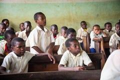 Estudantes em uma sala de aula durante a lição inglesa Foto de Stock
