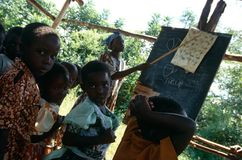 Estudantes em uma sala de aula exterior, Uganda. Imagens de Stock