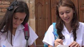 Estudantes fêmeas consideravelmente adolescentes Imagens de Stock Royalty Free