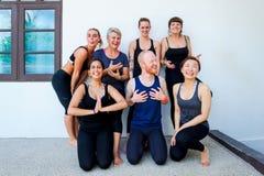 Estudantes fêmeas da ioga e seu professor da ioga Fotografia de Stock