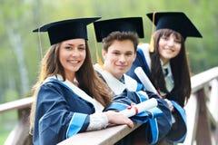 Estudantes felizes da graduação foto de stock