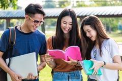 Estudantes felizes dos amigos do grupo que estão na universidade imagens de stock royalty free