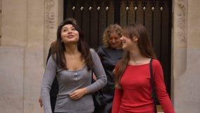 Estudantes felizes que deixam a construção da universidade no movimento lento video estoque