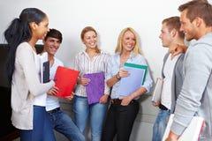 Estudantes felizes que têm uma ruptura Imagem de Stock Royalty Free