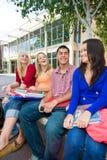 Estudantes fora da escola imagens de stock royalty free