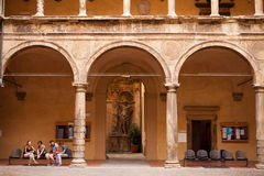 Estudantes fora da universidade da Bolonha Fotografia de Stock