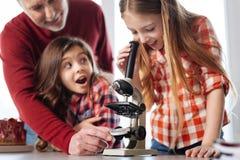 Estudantes inspirados determinados que obtêm emocionais sobre a biologia Foto de Stock