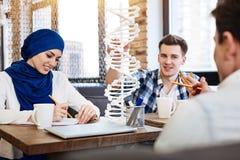 Estudantes internacionais positivos que estudam genéticas imagens de stock