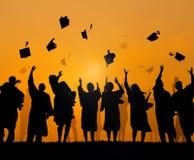 Estudantes internacionais que comemoram a graduação imagens de stock