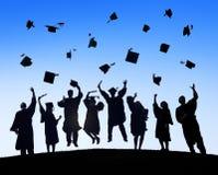 Estudantes internacionais que comemoram a graduação foto de stock