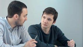 Estudantes involvidos agradáveis que discutem o projeto Fotografia de Stock