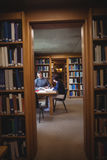 Estudantes maduros que trabalham junto Imagem de Stock Royalty Free