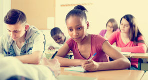Estudantes multi-étnicos na sala de aula Imagem de Stock Royalty Free