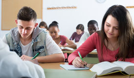 Estudantes multi-étnicos na sala de aula Foto de Stock