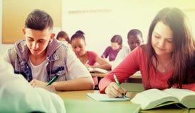 Estudantes multi-étnicos na sala de aula Imagens de Stock Royalty Free