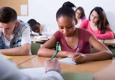 Estudantes multi-étnicos na sala de aula Fotografia de Stock Royalty Free