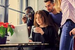 Estudantes multirraciais em uma sala imagens de stock