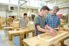 Estudantes na classe da carpintaria Foto de Stock Royalty Free