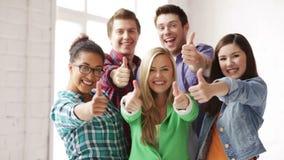 Estudantes na escola que mostra os polegares acima filme