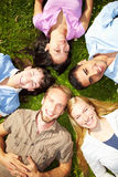 Estudantes na grama Foto de Stock Royalty Free
