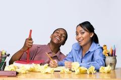 Estudantes na mesa com o papel amarrotado - horizontal fotos de stock