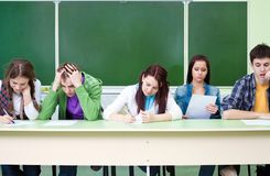Estudantes no exame na classe Fotos de Stock