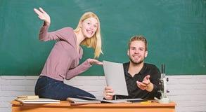 Estudantes no fundo do quadro da sala de aula Conceito da instru??o o ertificate prova a universidade com sucesso passada imagem de stock royalty free