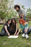 Estudantes no jardim Fotografia de Stock Royalty Free