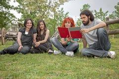 Estudantes no jardim Imagem de Stock Royalty Free