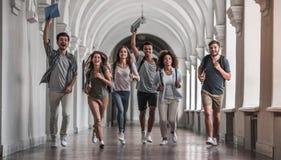 Estudantes no salão fotografia de stock royalty free