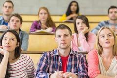 Estudantes no salão de leitura da faculdade Imagens de Stock Royalty Free