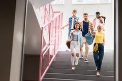 estudantes novos à moda que andam para baixo em escadas de imagens de stock royalty free