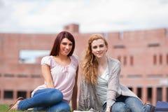 Estudantes novos com um livro Imagens de Stock Royalty Free
