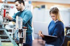Estudantes novos da eletrônica que trabalham no projeto Fotografia de Stock Royalty Free