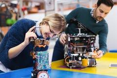 Estudantes novos da robótica que trabalham no projeto Foto de Stock Royalty Free