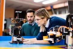 Estudantes novos da robótica que trabalham no projeto Imagem de Stock