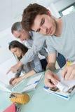 Estudantes novos do grupo que trabalham na classe fotografia de stock royalty free