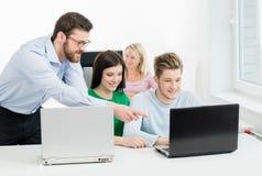 Estudantes novos e espertos que aprendem em uma sala de aula Fotografia de Stock Royalty Free