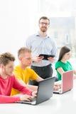 Estudantes novos e espertos que aprendem em uma sala de aula Imagens de Stock Royalty Free