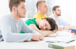 Estudantes novos e espertos que aprendem em uma sala de aula Imagem de Stock Royalty Free