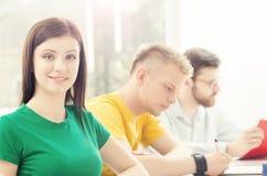 Estudantes novos e espertos que aprendem em uma sala de aula Imagens de Stock