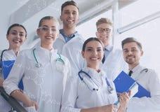 Estudantes novos felizes do departamento de química imagem de stock royalty free
