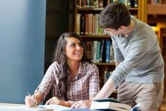 Estudantes novos que ajudam-se Fotografia de Stock