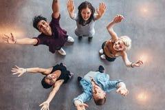 Estudantes novos que comemoram o sucesso foto de stock