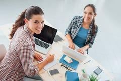 Estudantes novos que fazem seus trabalhos de casa Imagem de Stock
