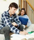 Estudantes novos que fazem trabalhos de casa Fotos de Stock