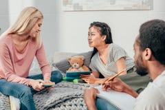 Estudantes novos que fazem trabalhos de casa junto Fotografia de Stock