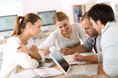 Estudantes novos que trabalham junto em um projeto Foto de Stock Royalty Free