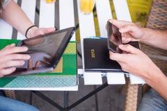 Estudantes novos que usam Ipad. Foto de Stock Royalty Free
